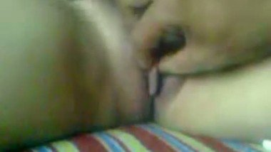 Hot young desi girl Meenakshi Tyagi waxing her pussy to clean the bush MMS video