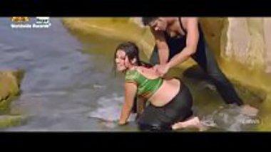 Hot Bhojpuri song starring Akshara Singh