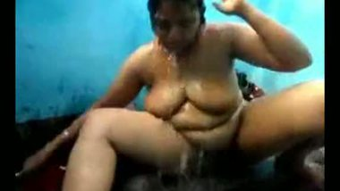 Sexy Indian aunty's hot shower MMS